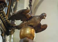 Eine Friedenstaube thront auf dem Taufdeckel